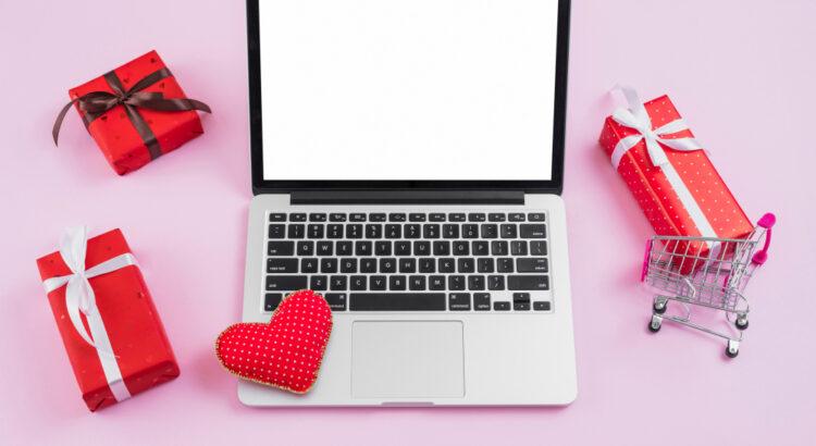 Imagem de um notebook rodeado por presentes e corações