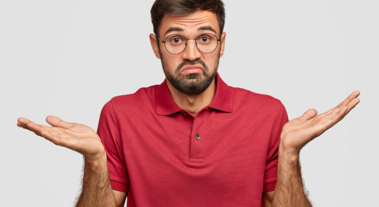 Homem se mostrando com dúvidas sobre: Magento Commerce x Open Source