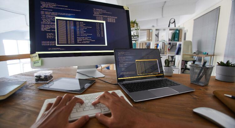 Imagem de computadores com linguagens de programação