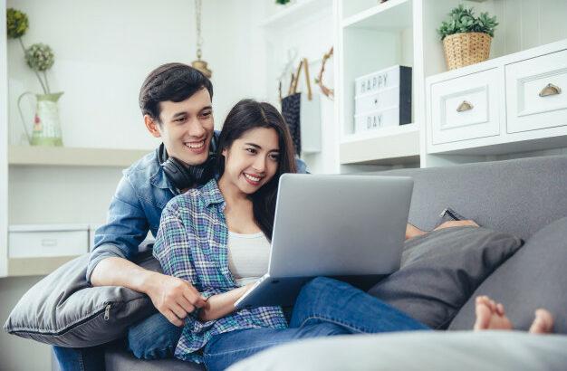 casal assistindo a um vídeo no notebook