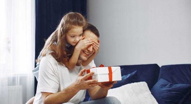 Filha entregando presente para o seu pai