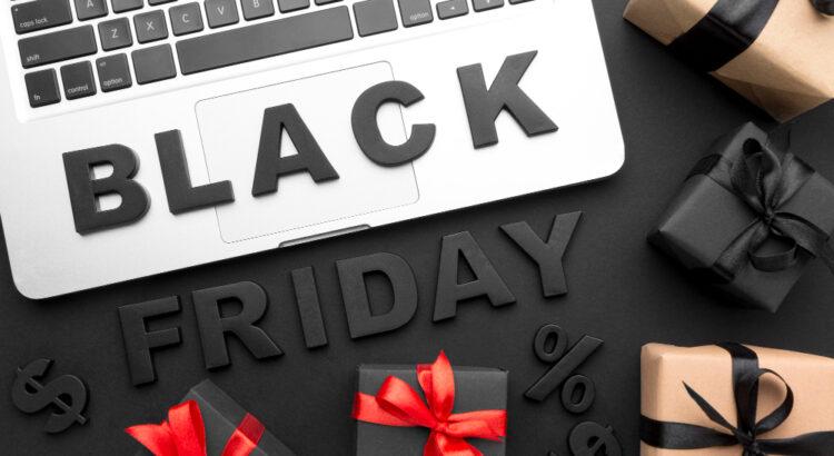 Notebook com pacotes de presente em cima e a escrita: Black Friday