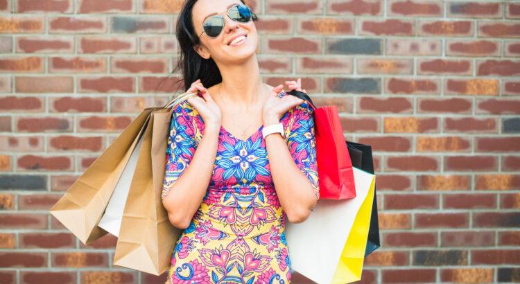 Mulher segurando sacola de compras - Dia do Cliente 2021